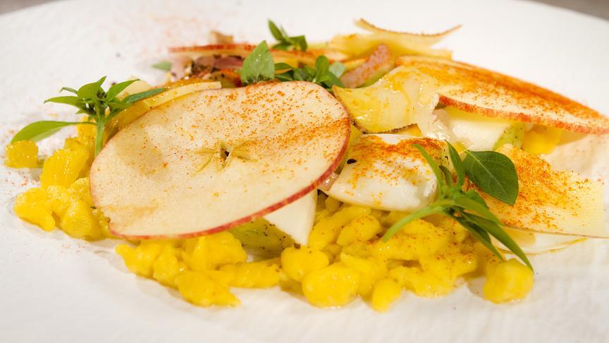 Ofen-Porree mit Karottenspätzle, Bergkäse, Anis und Apfel